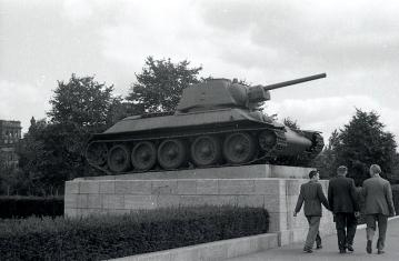 Tanque junto al memorial de guerra soviético situado en el Tiergarten, fotografiado por Campúa en 1945