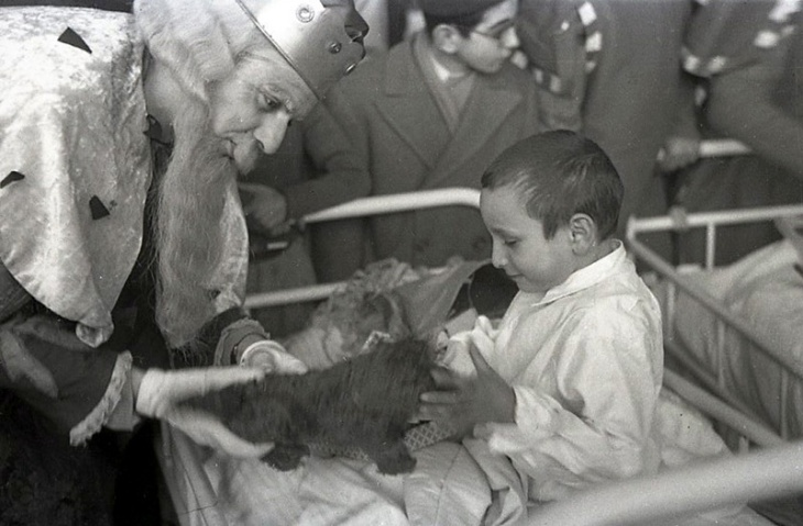Reparto de juguetes a los niños del Asilo San Rafael, fotografiado por Campúa el 6 de enero de 1951