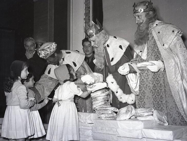 Reparto de juguetes a los hijos e hijas de los funcionarios de la Confederación Nacional de Sindicatos (CNS) en el Cine Palace el 5 de enero de 1954, fotografiados por Pepe Campúa