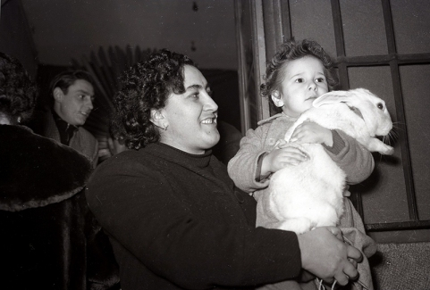 Un niño llevando a bendecir a un conejo ante San Antón, fotografiado por Campúa en 1953
