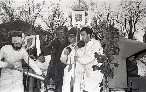 Los estudiantes del S.E.U. de Veterinaria aportaban la nota cómica con una carroza en forma de clínica y un gorila como mascota, fotografiados por Campúa en 1955