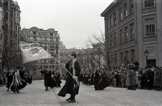 La tuna también desfilaba en el día de San Antón por la calle Barceló, fueron fotografiados por Campúa en 1955
