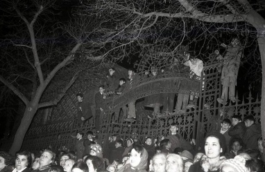 Los más pequeños trepaban a la verja de las Escuelas Aguirre para ver el paso de la cabalgata de Reyes en Madrid el 5 de enero de 1966 fotografiada por la cámara de Pepe Campúa