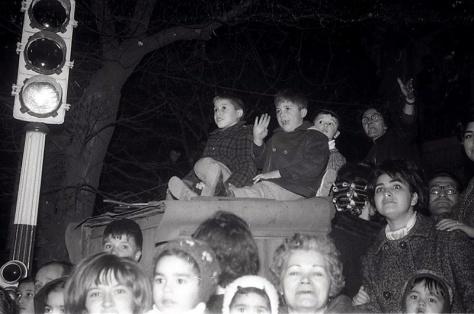 Los niños esperaban atentos el paso de la cabalgata de Reyes en Madrid el 5 de enero de 1966 fotografiada por la cámara de Pepe Campúa
