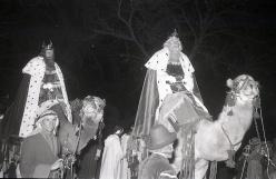 Melchor y Gaspar en la Cabalgata de Reyes en Madrid el 5 de enero de 1966 fotografiada por la cámara de Pepe Campúa