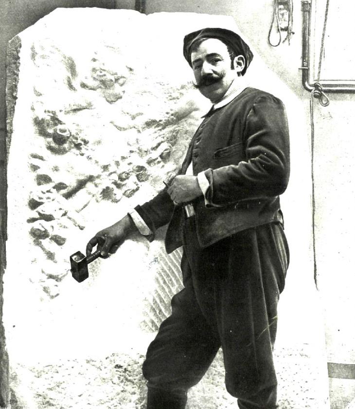 """Retrato realizado por José Luis Demaría Vázquez, Campúa padre, al escultor Mariano Benlliure. Se publicó en febrero de 1914 en La Esfera con el pie de foto: """"Benlliure trabajando en su estudio sobre una obra en mármol"""""""
