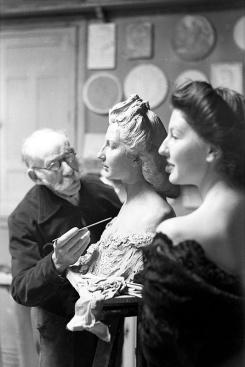 Mariano Benlliure trabajando en su estudio, retratado por Campúa en los años 40