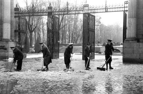 Barrenderos municipales retirando la nieve retratados por Campúa el 6 de diciembre de 1950