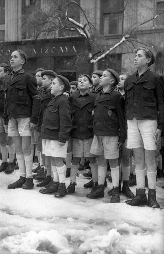 Niños asistiendo al desfile de una compañía de esquiadores del ejército español, retratado por Campúa el 6 de diciembre de 1950