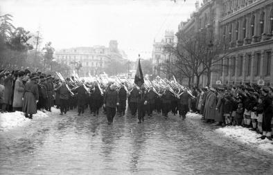 Desfile de una compañía de esquiadores del ejército español, retratado por Campúa el 6 de diciembre de 1950