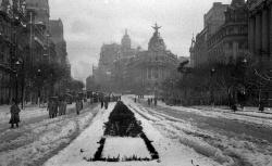 La calle de Alcalá con el edificio de Metropolis al fondo, retratado por Campúa el 6 de diciembre de 1950