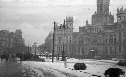 La plaza de la Cibeles nevada retratada por Campúa el 6 de diciembre de 1950