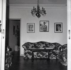 Saloncito en el estudio de Campúa en Bárbara de Braganza, 2 que en 1958 estaba decorado con una foto de Franco manejando una cámara Rolleyflex y dos fotografías de Carmen Polo y Carmencita Franco Polo respectivamente