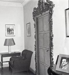 La puerta ornamentada del estudio de Campúa en Bárbara de Braganza 2 aparece en numerosas fotos realizadas allí a partir de 1949