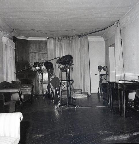 Vista de un lateral del plató del estudio de Campúa en Bárbara de Braganza 2, con los equipos de iluminación y la cortina que permitía cambiar el fondo