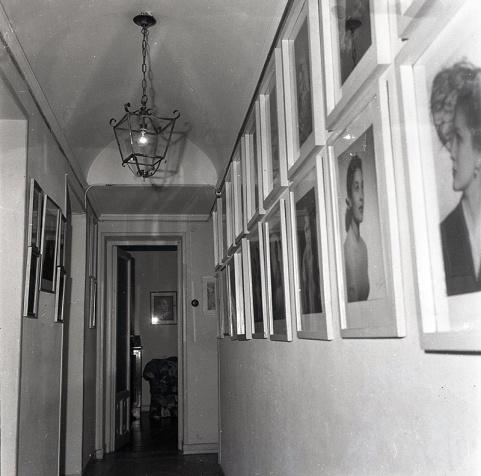 En el pasillo del estudio situado en Bárbara de Braganza 2 Campúa exhibía algunos de sus mejores retratos realizados a personalidades y famosos de la época