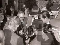 Franco exhibe el fusil estallado el 13 de febrero de 1961 ante la mirada de los participantes en la cacería, entre los que se encuentran el entonces Príncipe de Asturas (Juan Carlos de Borbón) y el Marqués de Villaverde