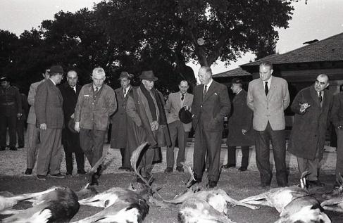 Tras la cacería era tradición revisar las piezas derribadas, como hace en la fotografía el general Franco