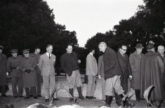 Manuel Fraga tras la cacería en la que participó en febrero de 1964, pasando revista a las piezas derribadas
