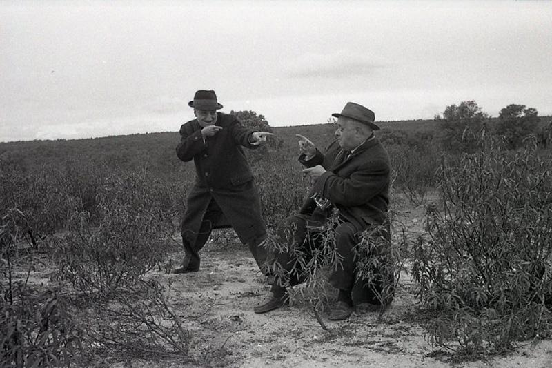 """José Demaría Vázquez """"Campúa"""" a la izquierda junto a otro fotógrafo de prensa durante una cacería en El Pardo en 1964. Los fotógrafos de prensa también tenían tiempo de ironizar sobre la actividad cinegética durante estos eventos"""