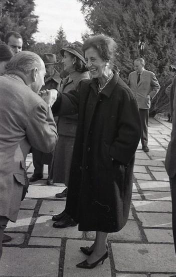 La esposa de Franco, Carmen Polo saludan a los invitados a la cacería