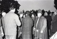 Franco y Carmen Polo saludan a los invitados a la cacería