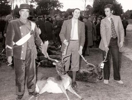 Los nietos de Franco exhiben junto a uno de los monteros dos de las piezas cazadas en la montería celebrada en 1972