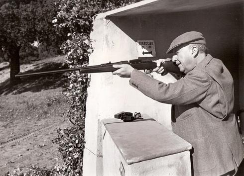Francisco Franco dispara desde el puesto de tiro durante una montería en El Pardo el 12 de febrero de 1961