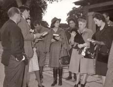 El Príncipe de Asturias, Juan Carlos de Borbón, el segundo por la izquierda, asistió con su cámara de fotos a la cacería. En el centro de la imagen aparece también Carmen Franco Polo, hija del dictador