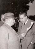 Franco junto a Martín Artajo leyendo un telegrama durante una cacería celebrada el 23 de enero de 1955