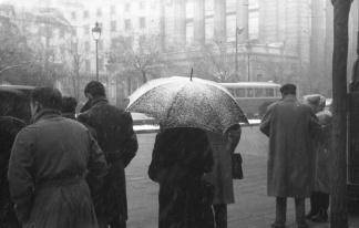 Viandantes bajo la nieve en las calles de Madrid, retratados por Campúa en enero de 1952
