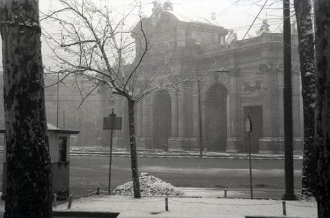 La Puerta de Alcalá retratada desde El Retiro por Campúa en enero de 1952