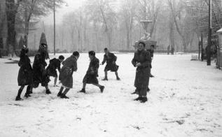 Jugando con la nieve en El Retiro ante el objetivo de Campúa en enero de 1952
