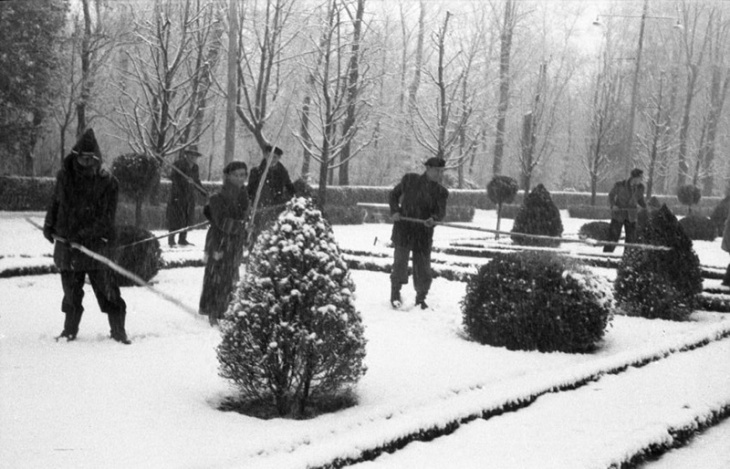 Empleados municipales mitigando los efectos de la nieve en El Retiro en enero de 1952
