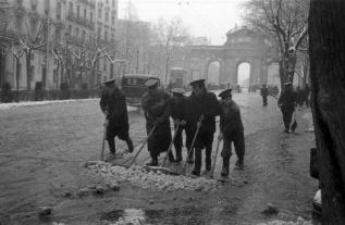 Barrenderos retratados por Campúa con la Puerta de Alcalá de fondo en diciembre de 1952
