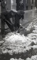 Barrenderos retirando la nieve retratados por Campúa en diciembre de 1952