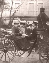 Fotografía realizada por Campúa padre (con posible fotomontaje) de Victoria Eugenia y Alfonso XIII cuando aún eran novios, paseando en carruaje por Biarriz, publicada en Nuevo Mundo el 8 de febrero de 1906