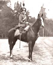 Fotografía de Campúa padre publicada el 20 de marzo de 1918 en Mundo Gráfico con el siguiente pie: S.M. la Reina Doña Victoria con el uniforme de coronel del regimiento de cazadores de Caballería Victoria Eugenia en los jardines del Palacio Real.