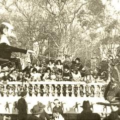 """""""El tinglado de la antigua farsa"""", carroza en la que destacaba una caricatura de Benavente con personajes de sus obras más famosas, publicada el 27 de febrero de 1925 en la revista Nuevo Mundo"""