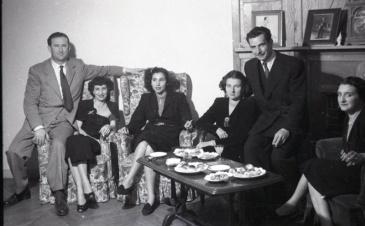 19 de marzo de 1950 Onomástica de José Campúa celebrada en su estudio de la c/ Bárbara de Braganza. La pareja del centro de la foto son la hija y el yerno del fotógrafo.