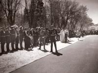 Desfile de los novios y los invitados en el día de la boda de Carmen Franco y el Marqués de Villaverde