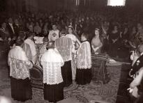 Un momento del enlace entre Desfile de los novios y los invitados en el día de la boda de Carmen Franco y el Marqués de Villaverde, captado por la cámara de Pepe Campúa