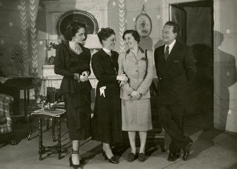 Campúa retrató el estreno de la obra en el Teatro Gran Vía de Madrid, con fotos como esta en la que la autora, Josefina Carabias, posa junto a los actores del montaje.