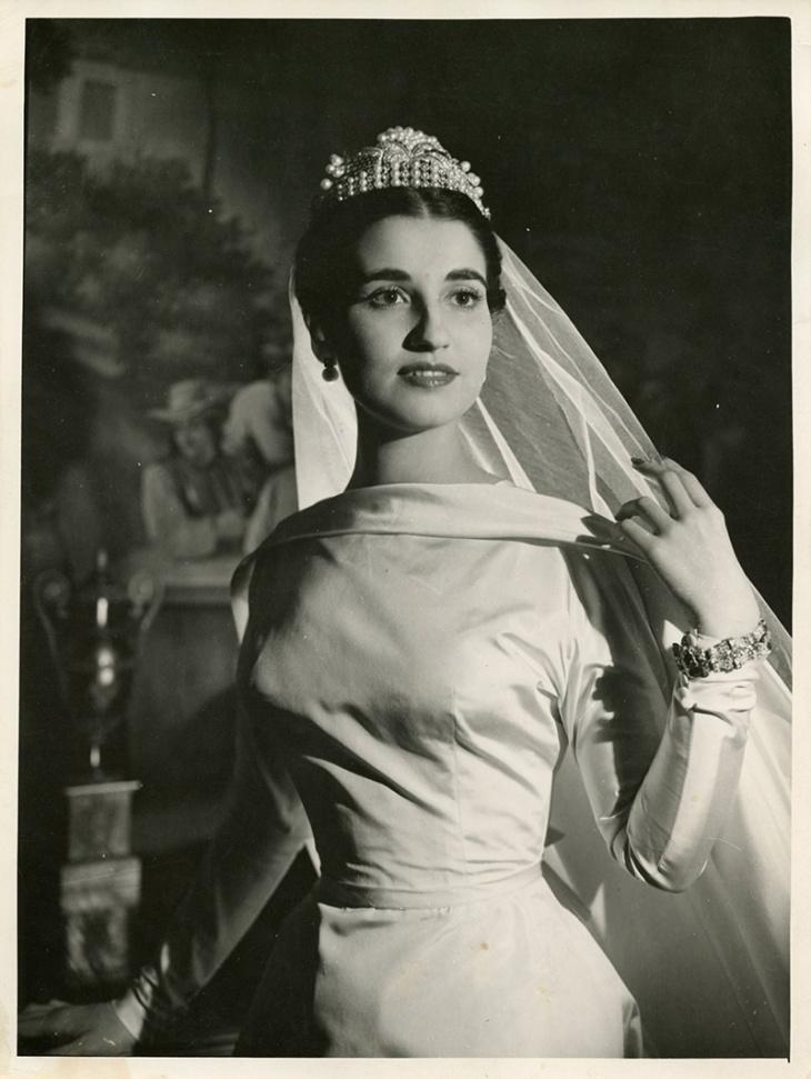 Carmen Franco y Polo en la víspera de su boda, posa con su traje de novia en exclusiva para el fotógrafo Campúa