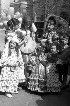 Niñas disfrazadas por las calles de Madrid, fotografiadas por Campúa el 24 de febrero de 1952