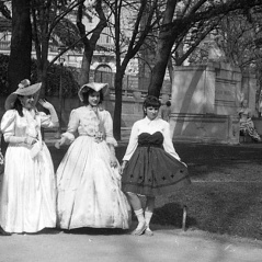 """Carnaval en Madrid, fotos callejeras. José Demaría Vázquez """"Campúa"""" retrató a estas jóvenes en el Paseo de Recoletos, con el monumento a Juan Valera de fondo el 24 de febrero de 1952"""