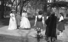 """Carnaval en Madrid, fotos callejeras. José Demaría Vázquez """"Campúa"""" retrató a estas jóvenes el 24 de febrero de 1952"""