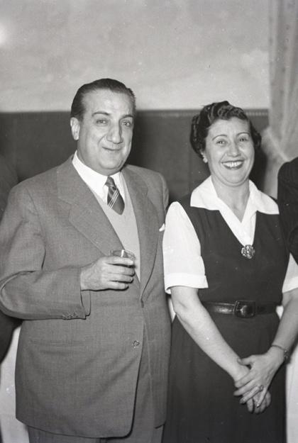 Pepe Campúa y Josefina Carabias en el homenaje ofrecido por el Diario Informaciones el 4 de marzo de 1952 con motivo del premio Luca de Tena a esta periodista