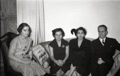 19 de marzo de 1953 Onomástica de José Campúa celebrada en su estudio de la c/ Bárbara de Braganza. La segunda mujer por la izquierda es su hija Esther.