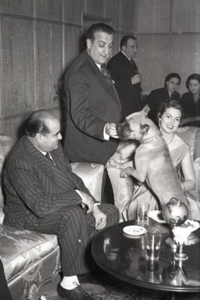 19 de marzo de 1954 El fotógrafo juega con su perra Chati en la fiesta de onomástica en su casa en el Paseo de Rosales (Madrid)